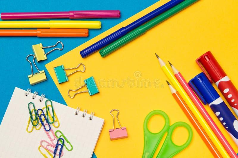 stationery Школа и канцелярские товары на покрашенной предпосылке r стоковые изображения rf