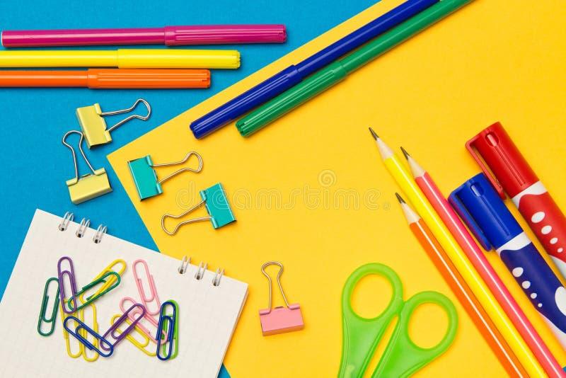 stationery Школа и канцелярские товары на покрашенной предпосылке r стоковые изображения