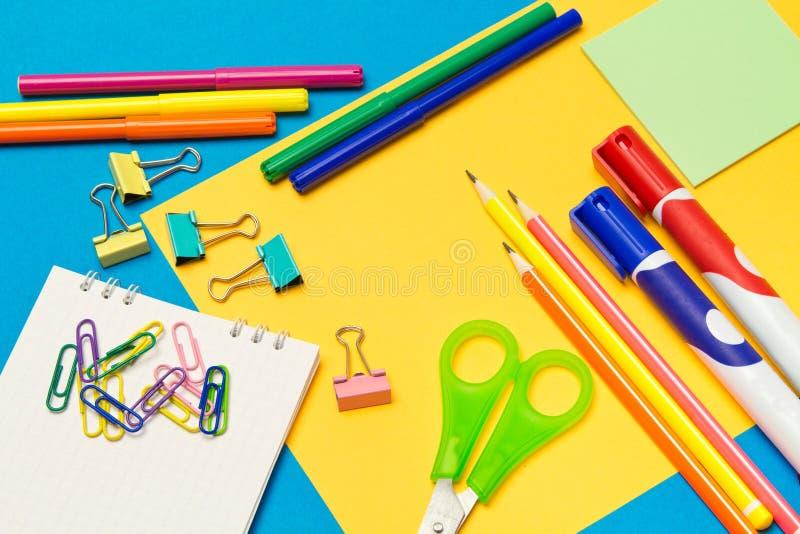stationery Школа и канцелярские товары на покрашенной предпосылке r стоковые фото
