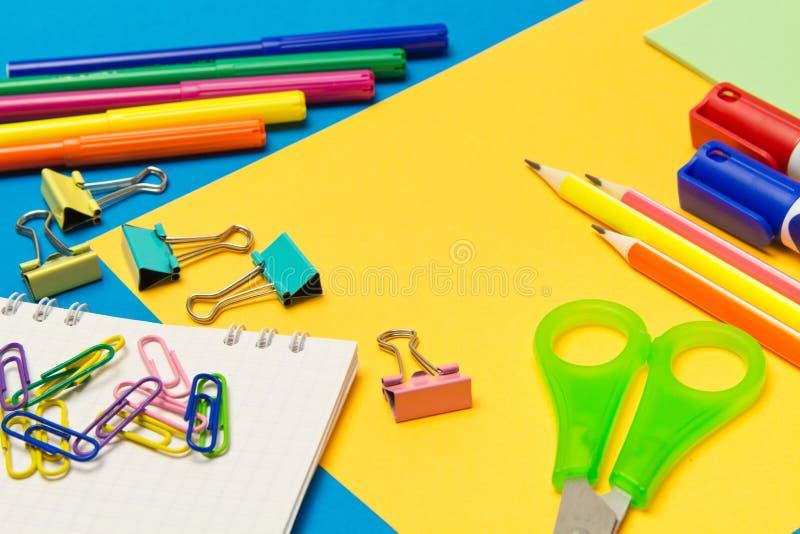 stationery Школа и канцелярские товары на покрашенной предпосылке r стоковое изображение