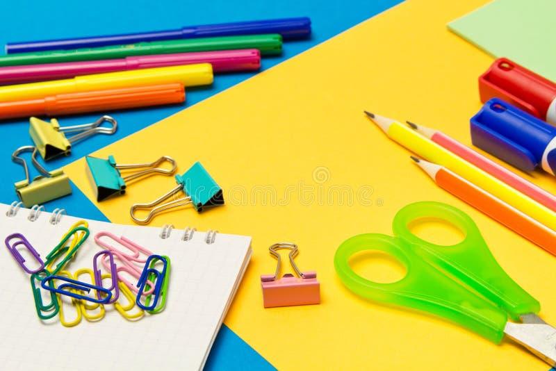 stationery Школа и канцелярские товары на покрашенной предпосылке r стоковое фото