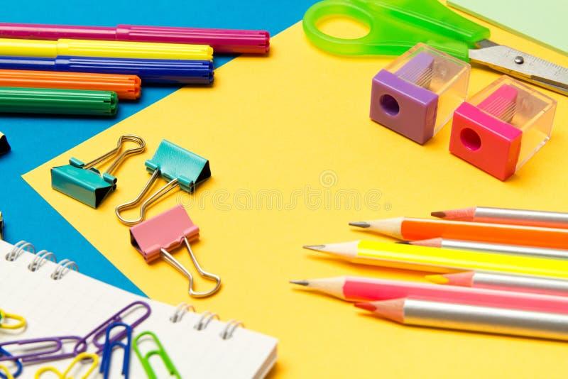 stationery Школа и канцелярские товары на покрашенной предпосылке r стоковое фото rf