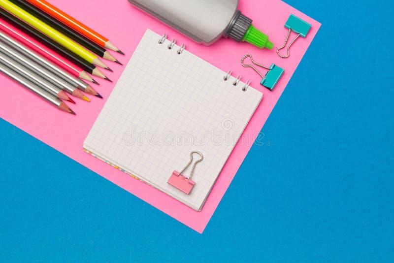 stationery Escola e materiais de escritório em um fundo colorido azul e cor-de-rosa Foco seletivo Espa?o de an?ncio fotos de stock