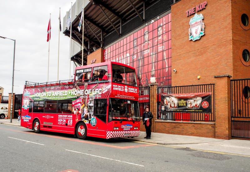 Stationieren Sie das Sehen des Busses vor Anfield-Stadion, Liverpool, Großbritannien lizenzfreie stockfotografie