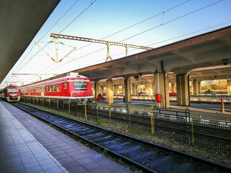 Stationierte Personenzüge am Südbahnhof Ploiesti-Stadt lizenzfreie stockbilder