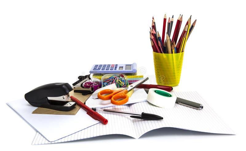 Stationnaire d'école et de bureau d'isolement sur le blanc images stock
