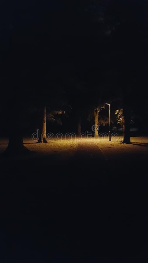 Stationnement à l'obscurité image stock