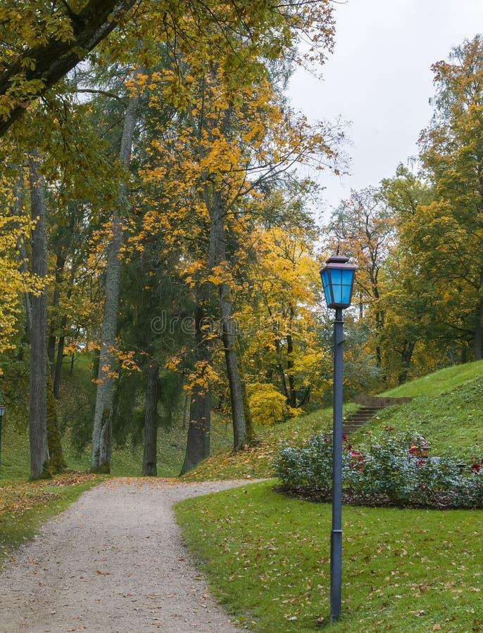 Stationnement automnal dans Cesis, Lettonie photos libres de droits