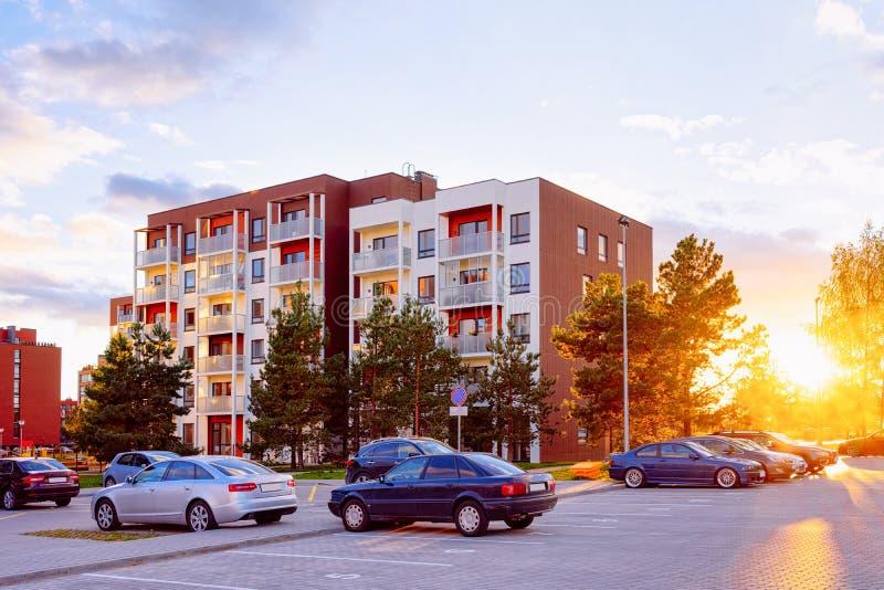Stationnement complexe de maison de rapport et à la maison de construction résidentielle de rue photographie stock