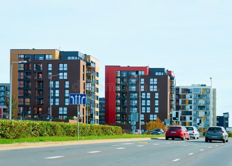 Stationnement complexe moderne de rue de construction résidentielle de maison d'appartement images stock