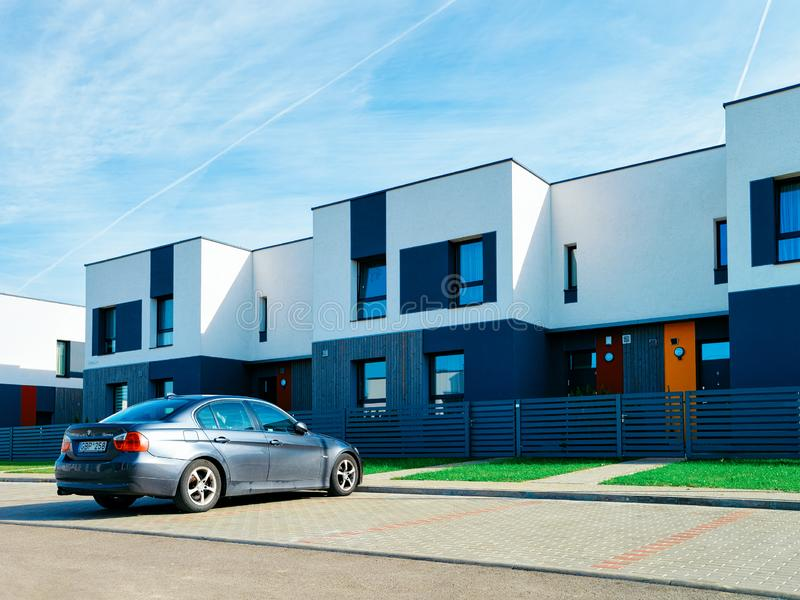 Stationnement complexe résidentiel de maison d'appartement et à la maison moderne de rue de voiture image libre de droits