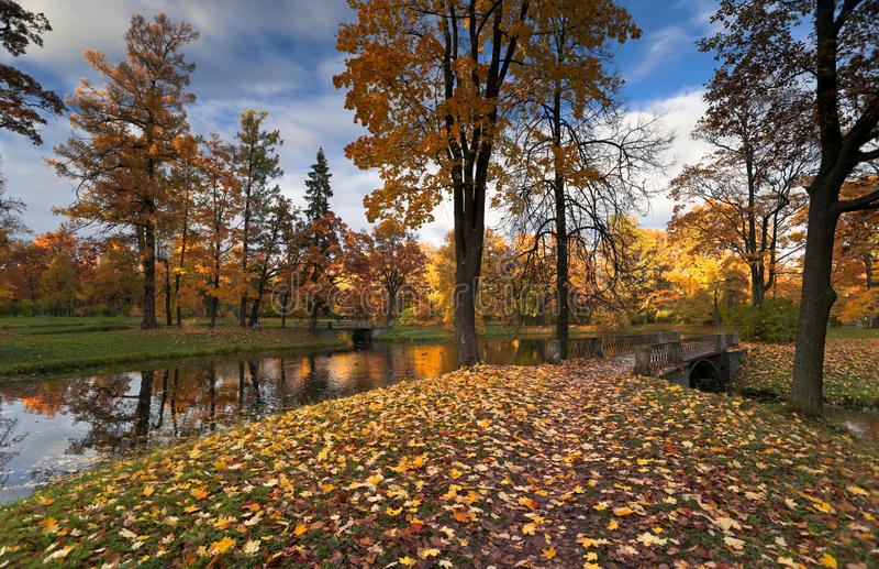 Stationnement d'automne avec une passerelle image stock