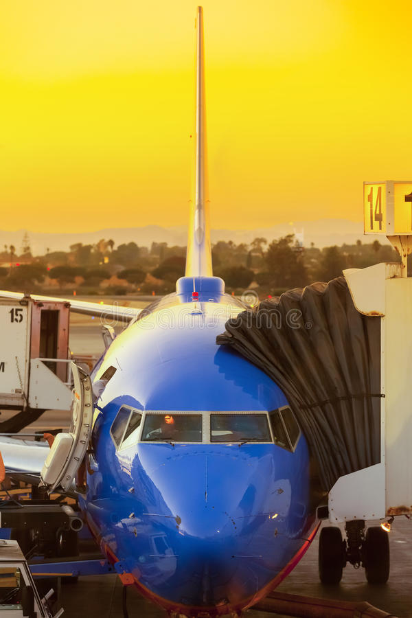 Stationnement d'avion avec le coucher du soleil photographie stock