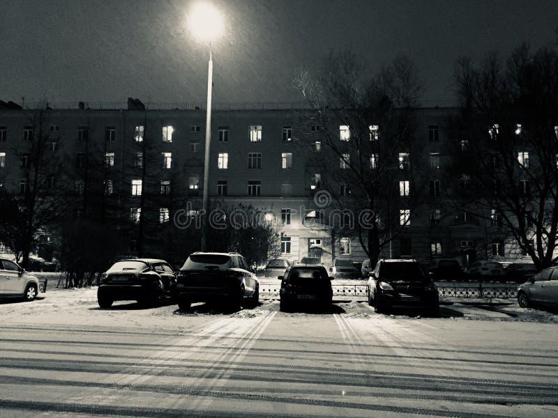 Stationnement d'hiver aux lumières et à la neige de whith de nuit près du hous dans la ville photo Rebecca 36 photos libres de droits