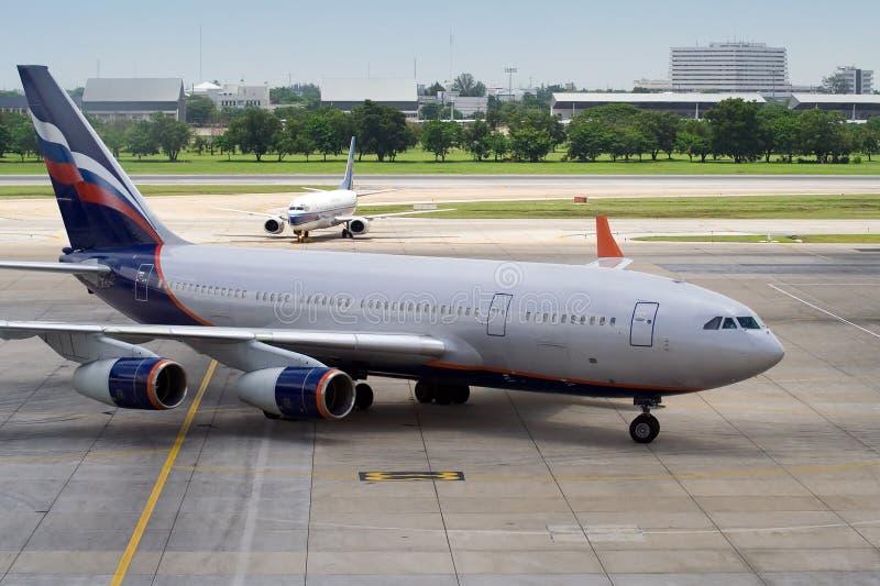stationnement de 2 avions images libres de droits