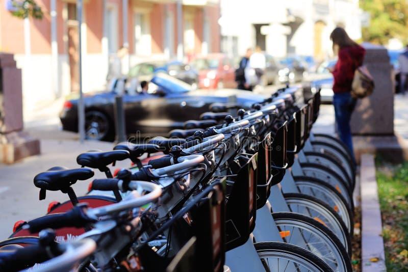 Stationnement de bicyclette dans la ville photographie stock libre de droits