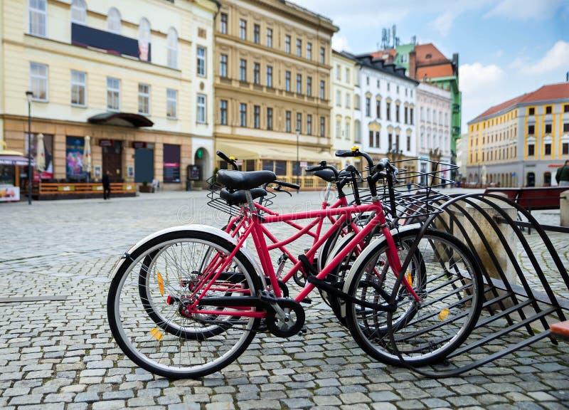 Stationnement de bicyclette dans une ville européenne photo stock