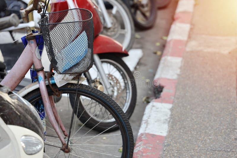 Stationnement de bicyclette et stationnement de motocyclette sur le bord de la route image stock