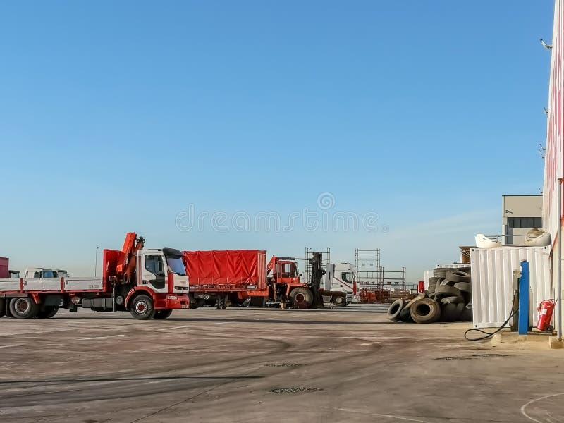 Stationnement de camion avec les pneus empilés photographie stock libre de droits