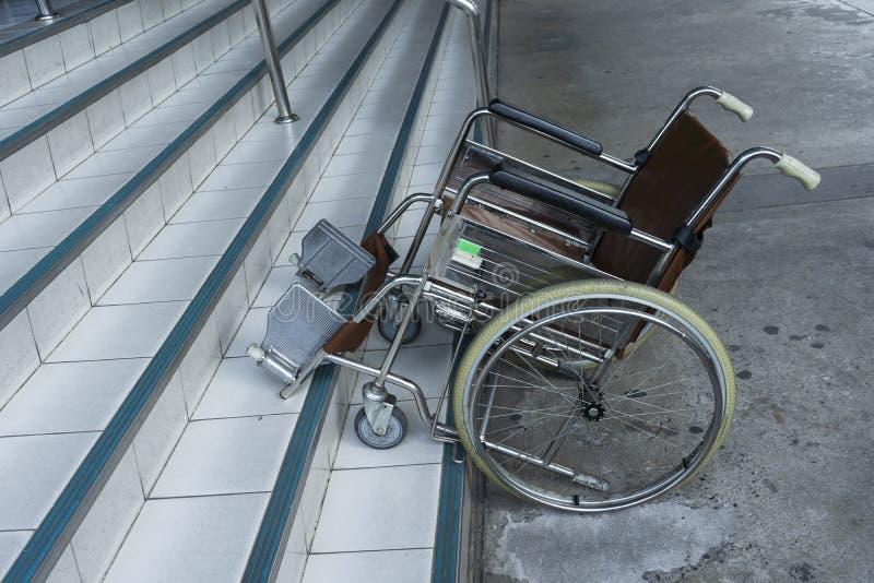 Stationnement de fauteuil roulant sur les escaliers photographie stock libre de droits