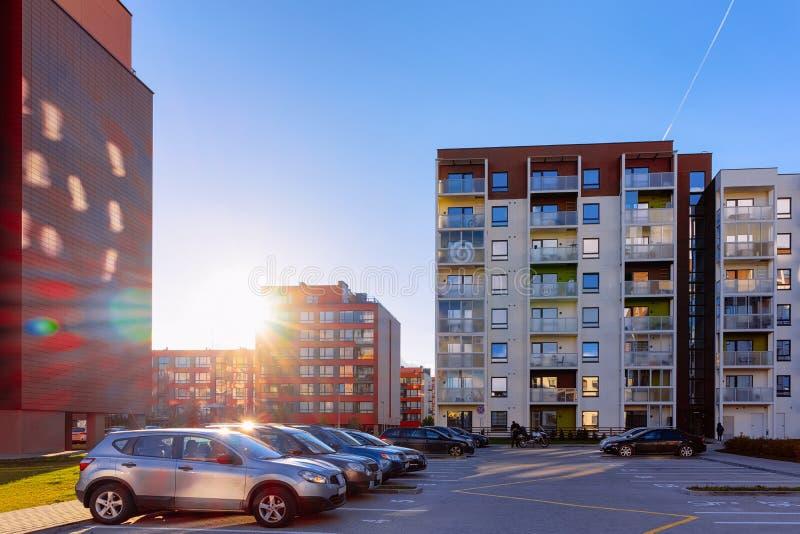 Stationnement de maison de rapport et à la maison de construction résidentielle de rue photo stock