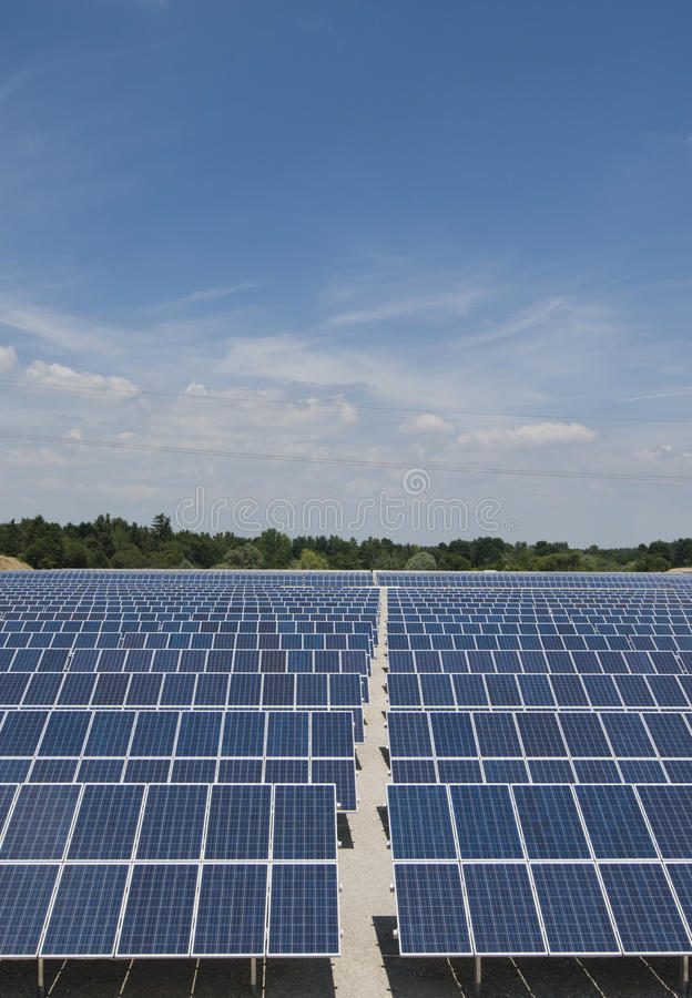 Stationnement de panneau solaire, verical photos libres de droits
