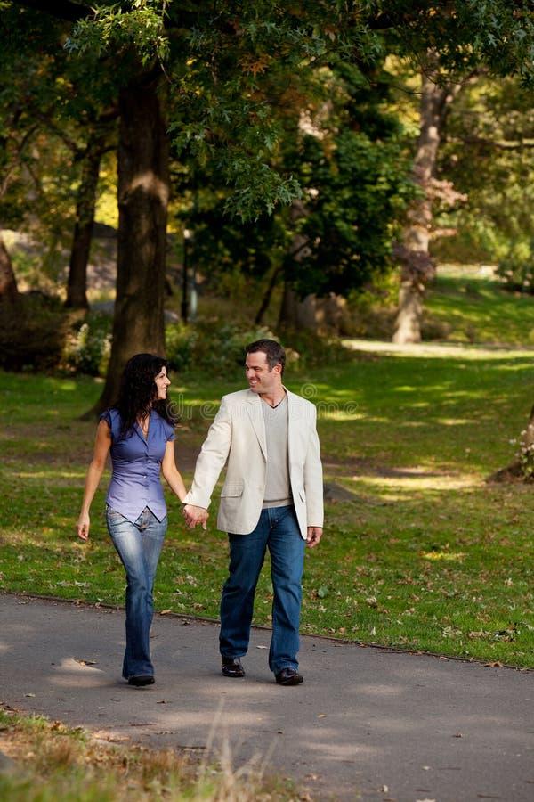 Stationnement de promenade de couples images libres de droits