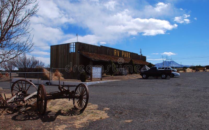 Stationnement de rv près de hampe de drapeaux, Arizona photographie stock libre de droits