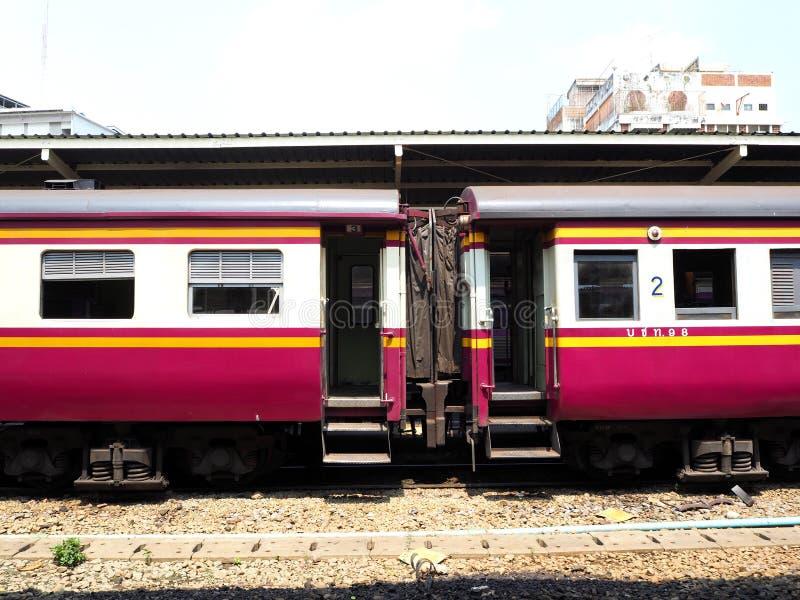 Stationnement de train à la station image stock