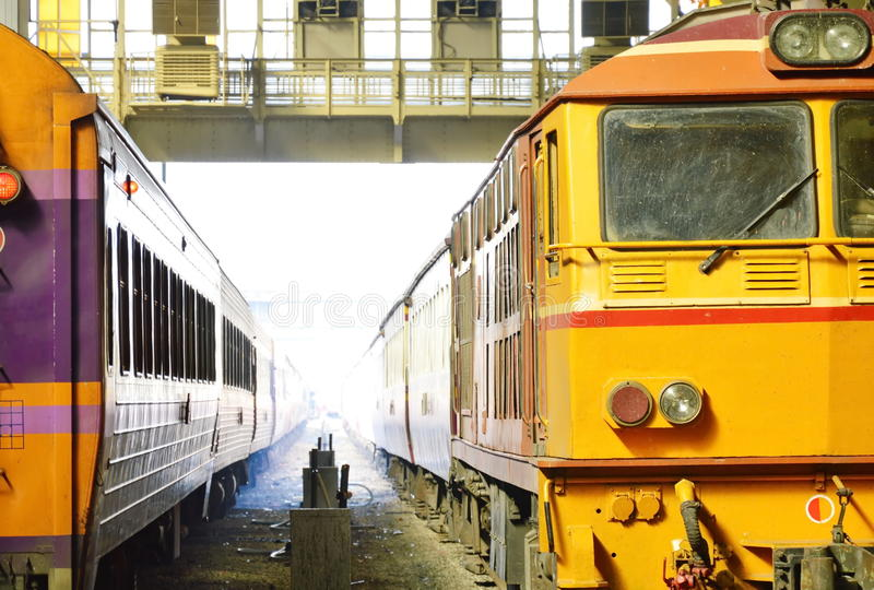 Stationnement de train dans la plate-forme de station images libres de droits