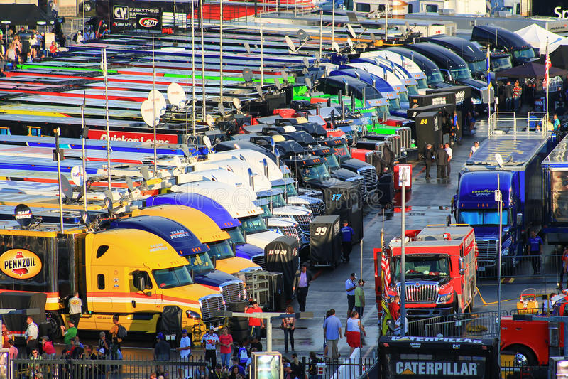 Stationnement de transporteur pour la course de NASCAR Charlotte 10-11-14 photo libre de droits