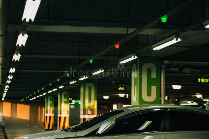 Stationnement de voiture avec des sondes et des affichages de données informatisées images libres de droits