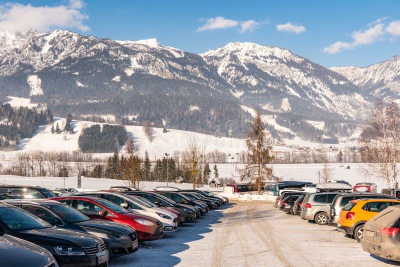 Stationnement de voiture chez Hauser Kaibling, Haus im Ennstal Celui de stations de sports d'hiver supérieures de l'Autriche Mass image stock