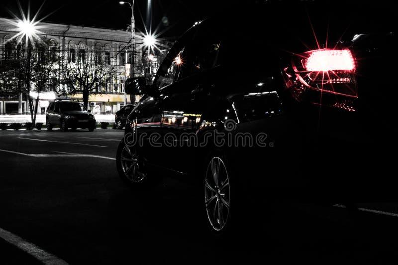 Stationnement de voiture la nuit, vue arrière photographie stock