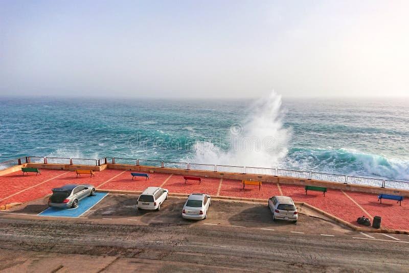 Stationnement de voiture le long de littoral avec de grandes vagues images libres de droits