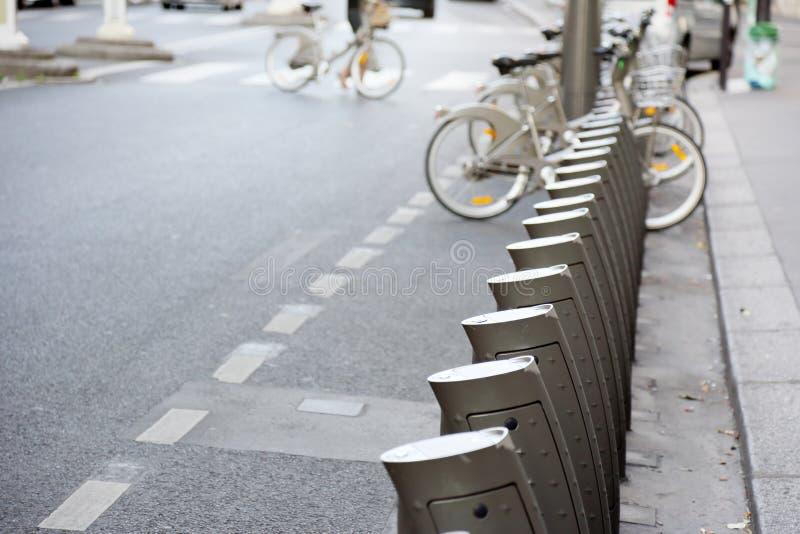 Stationnement des vélos de location photo libre de droits