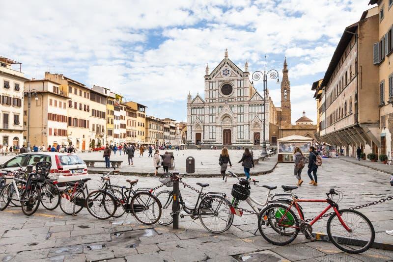 Stationnement et personnes de bicyclette sur Piazza Santa Croce image libre de droits
