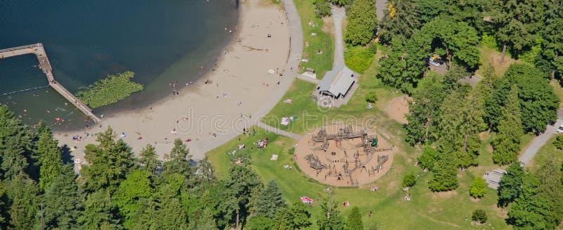 Stationnement et plage de bord de lac images libres de droits