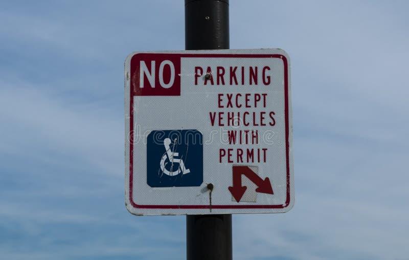 Stationnement interdit excepté avec l'autorisation handicapée images stock