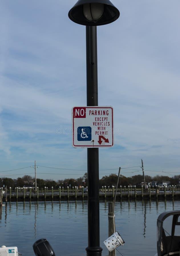 Stationnement interdit excepté des véhicules avec l'autorisation handicapée à une marina photo libre de droits