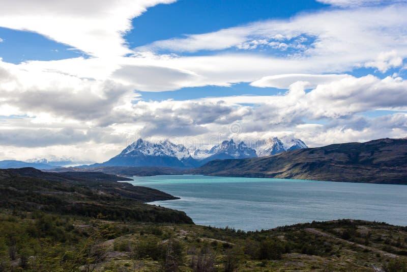 Stationnement national de Torres del Paine, Patagonia, Chili Le lac Pehoe et Majestic Cuernos del Paine Horns turquoise de Paine image stock