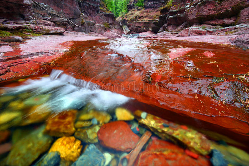 Stationnement rouge de lacs Waterton de gorge de roche images libres de droits