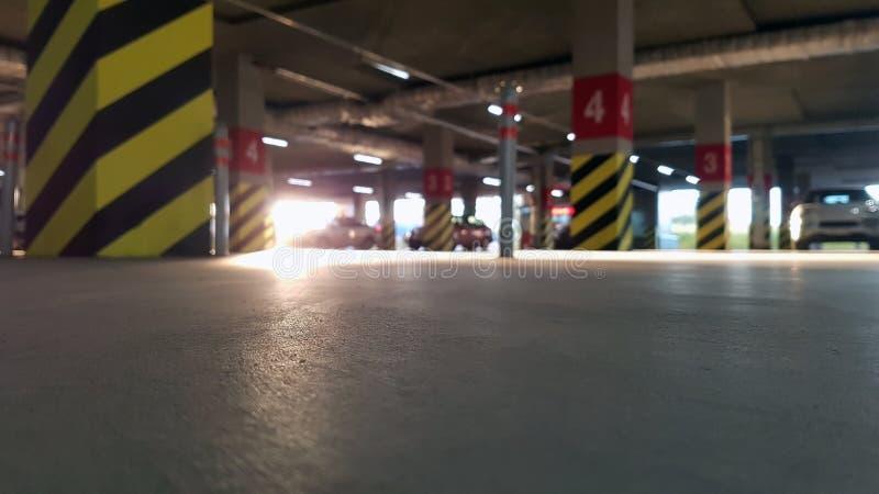 Stationnement souterrain avec des voitures un jour ensoleillé photographie stock