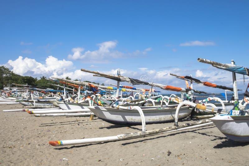Stationnement traditionnel de bateaux de pêche sur la plage de Senggigi photo libre de droits