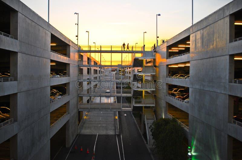 Stationnement urbain au coucher du soleil photographie stock