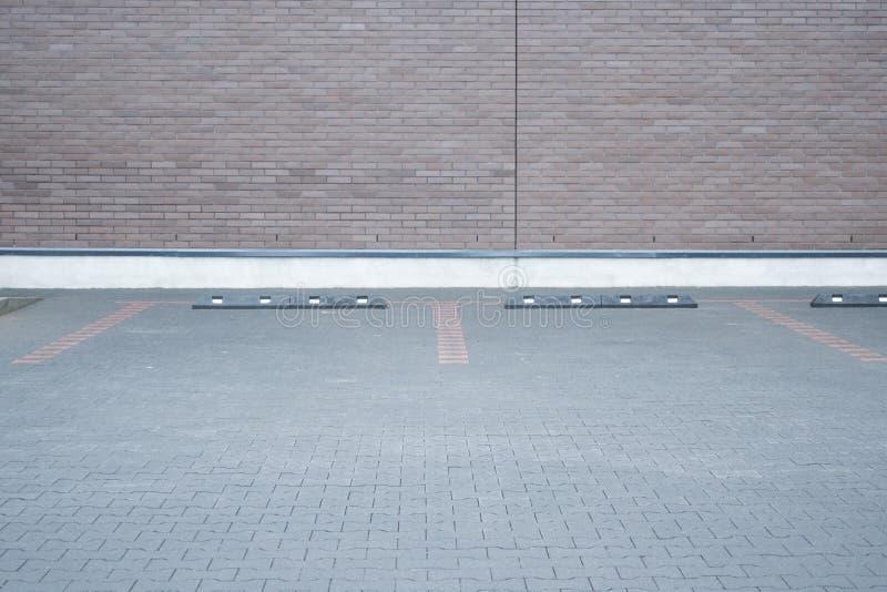 Stationnement vide extérieur de voiture de l'espace et mur de briques moderne photographie stock