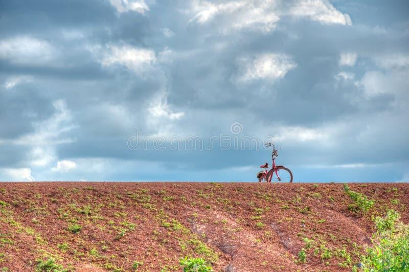 Stationnements de vélo sur la digue de terre (HRD) photographie stock