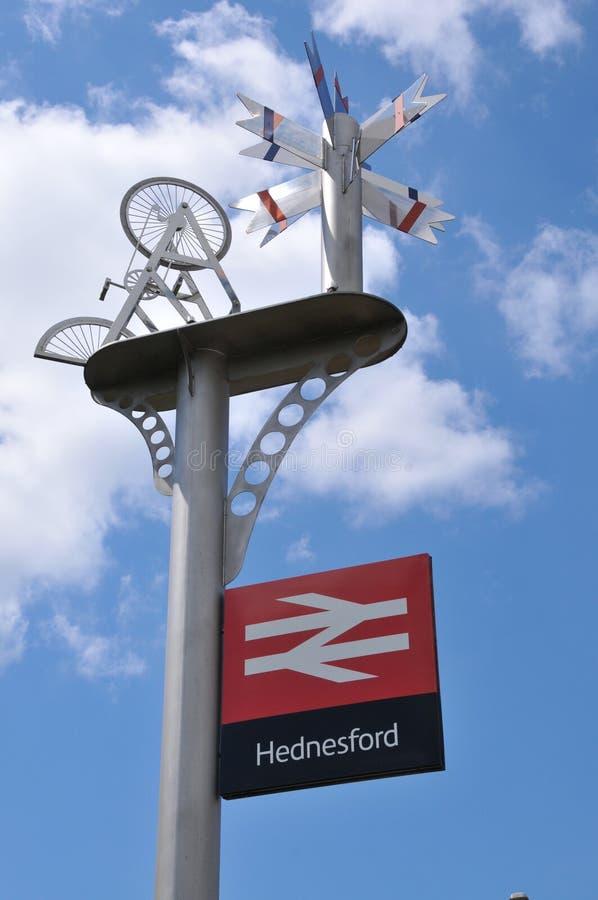 Stationteken en beeldhouwwerk bij Hednesford-Stad stock foto