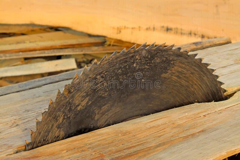Statisch elektrisch zaagblad op een houten platform stock foto