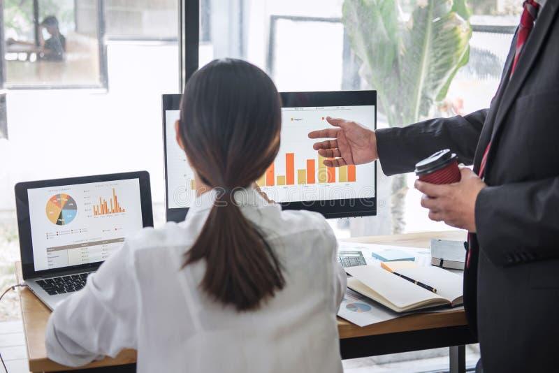 Statistiche finanziarie di discussione e di progettazione del gruppo di due affari di strategia della crescita dell'impresa di pr immagine stock libera da diritti